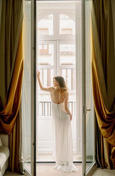Elegante Braut am Fenster - Hochzetsfotograf München