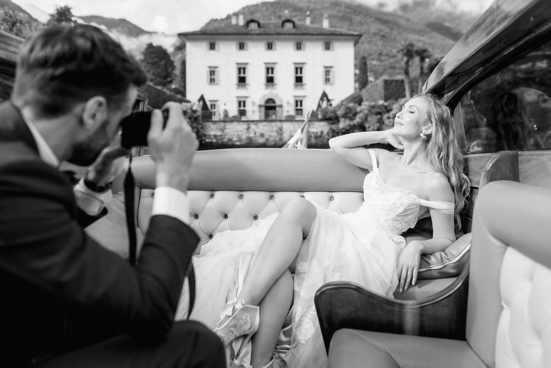Bräutigam fotografiert die Braut, Comer See